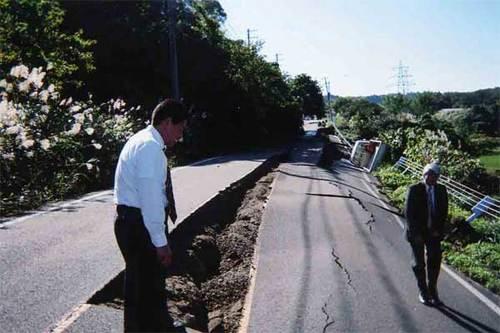 新潟県中越地震:発生翌日の被災地
